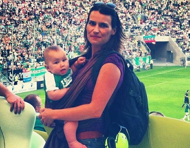 Agnieszka Pomaska z dzieckiem na meczu piłkarskim