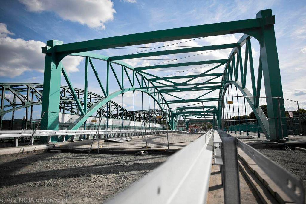 ODCINEK ŚRODKOWY: luty 2012. Nasuwanie wiaduktu nad torami kolejowymi we Wrzeszczu