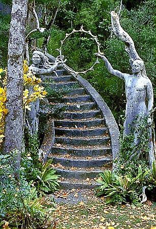 Salon ogrodowy Galadrieli, do którego prowadzą schody z jej prywatnych apartamentów, umieszczono na konarach sędziwych mallornów, których filomowymi odpowiednikami stały się nowozelandzkie klony.