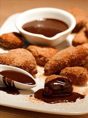 Orzechowe pączki z czekoladowym sosem