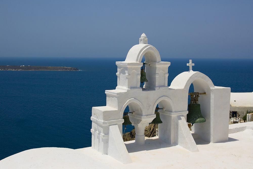 Santorini słynie z białych domków i lazurowego morza