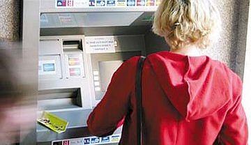 Uwaga na tzw. skimmery montowane przez przestępców w bankomatach
