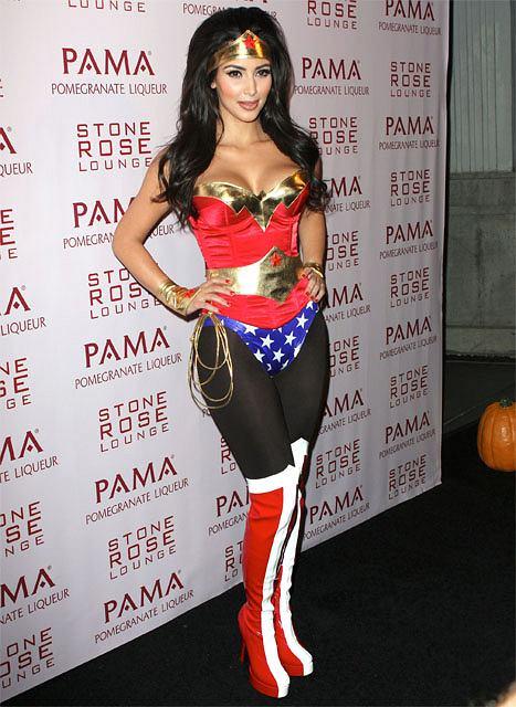 Kim Kardashian zaczęła świętować tegoroczne Halloween już 30 pażdziernika! Wydała wielką imprezę, a sama przebrała się za kultową, komiksową postać Wonder Woman. Strój miała dopracowany w każdym calu! Wszystko wyglądało idealnie!