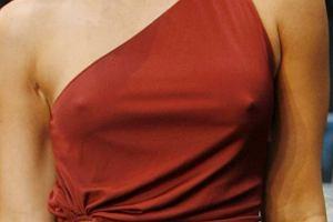 Megan Fox wie, jak działa na facetów, więc założymy się, że specjalnie nie założyła bielizny pod sukienkę. Na berlińskiej premierze Transformers wszystkie oczy zwrócone były tylko w jej kierunku.