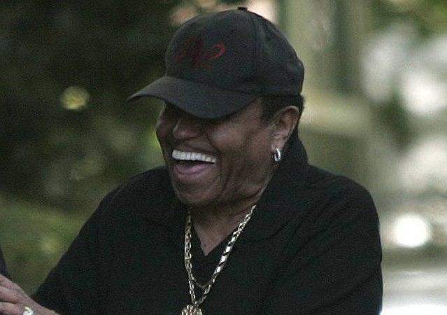 Świat obiegły właśnie zdjęcia wykonane dzień po śmierci Michaela Jacksona przed domem jego rodziców. My również już je publikowaliśmy. Na fotografiach widać roześmianego ojca gwiazdora.