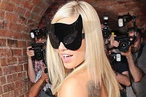Top Trendy za nami, a przed nami Sopot Hit Festiwal, na którym wystąpi Doda. Piosenkarka pokazała się na konferencji prasowej w dość dziwnej masce. Nie, nie wyskoczyło jej nic na twarzy. Doda pokazała się w zupełnie innym makijażu i prawie jej nie poznaliśmy. Jak oceniacie jej wygląd?