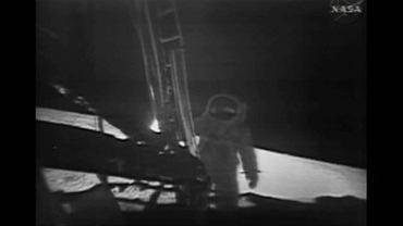 Astronauci Apollo 11 na powierzchni Księżyca fot. AP/