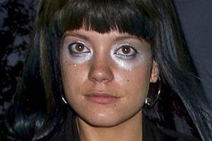 Lily Allen nie tylko lubi szokować rozbierając się i upijając do nieprzytomności czasem lubi zaszokować ubiorem i makijażem. Spaceman vs trzeci sutek
