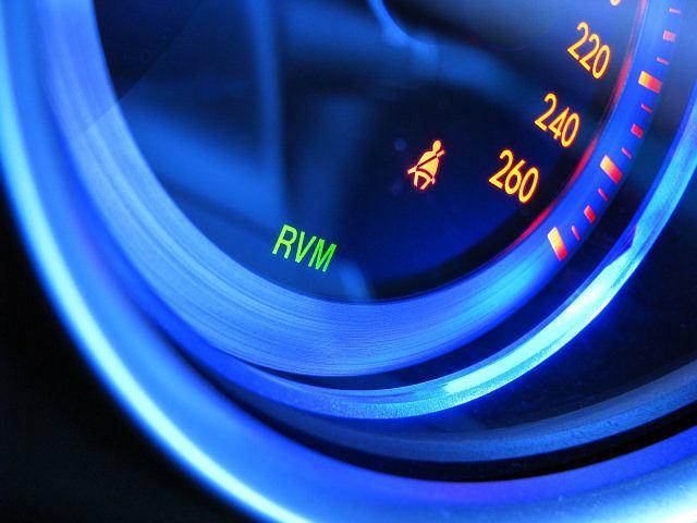 W serii znajdziemy system RVM, monitujący martwe pole pojazdu. Pomarańczową kontrolką przy lusterku lub sygnałem dźwiękowym informuje kierowcę o zagrożeniu. Tylko dlaczego zaczyna działać od 50 km/h?