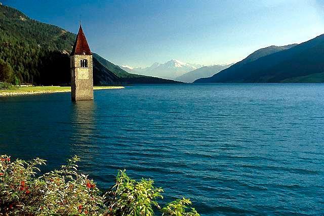 Włochy, Południowy Tyrol. Romańska wieża to jedyny ślad po miejscowości Curon Vecchie zalanej przez wody sztucznego jeziora Resie