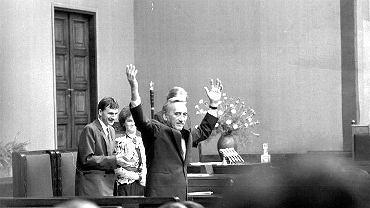 Po wyborach 4 czerwca 1989 r. i upadku komunizmu Mazowiecki został pierwszym niekomunistycznym premierem rządu polskiego po drugiej wojnie światowej. Jego gabinet dokonał w krótkim czasie kluczowych reform zmierzających do przekształcenia Polski z kraju socjalistycznego w kraj demokratyczny.
