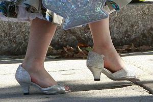 Można wiele dyskutować na ten temat, ale buty na obcasie z pewnością nie są przeznaczone dla dziewczynek, które jak Suri skończyły dopiero 3 lata. Zapewne sama wymusiła na Katie Holmes pozwolenie na ich założenie, ale bez przesady! Przecież matka powinna dbać o zdrowie swojego dziecka, a nie poddawać się jego kaprysom.