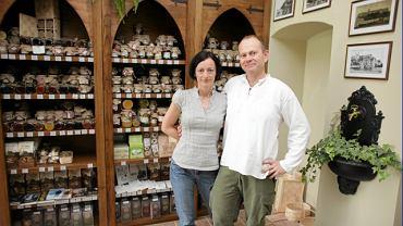 Właściciele sklepu z produktami benedyktyńskimi Jacek Górski z żoną