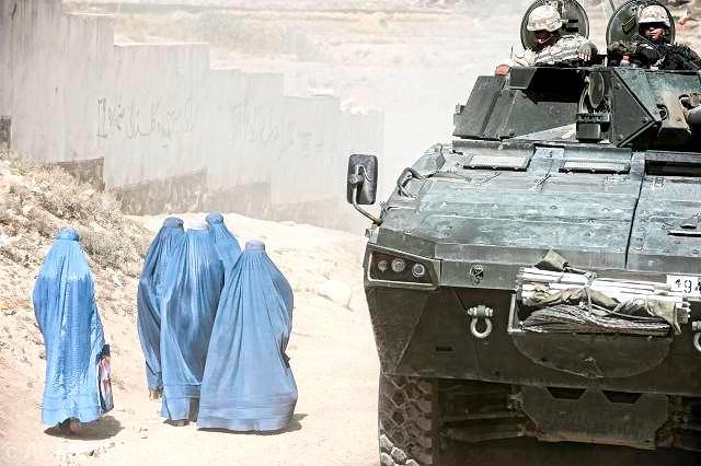 Rosomak podczas patrolu na ulicach Ghazni w Afganistanie