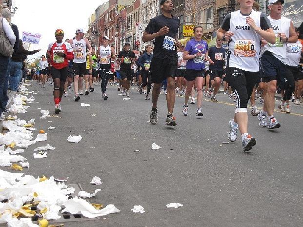40. maraton nowojorski czyli niekończąca się rzeka biegaczy. Na zdjęciu na Manhattan Ave na Greeinponcie (Brooklyn), kilkaset metrów przed półmetkiem. 1 listopada 2009 r.