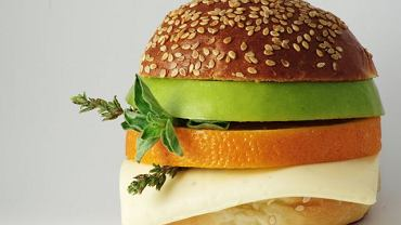 Częste jedzenie w fast foodach sprzyja nadwadze.