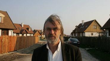 Jacek Koziński, w tle dworki wybudowanego przez niego osiedla