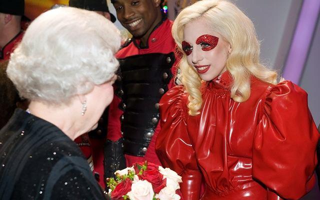 Dokładnie wczoraj Lady Gaga zaśpiewała dla samej królowej Elżbiety II. Gwiazda wzięła udział w dorocznym, charytatywnym koncercie królewskim zwanym Royal Variety Performance. Artyści występujący na dworze królewskim zawsze dopasowują do tego miejsca i okoliczności swój strój - są najczęściej klasycznie eleganccy. Wszyscy, ale nie Lady Gaga! Ona nie byłaby sobą, gdyby nie pojawiła się na scenie w ekstrawaganckiej stylizacji. Ciekawe, co pomyślała o niej królowa? Może wzięła ją za kosmitkę?