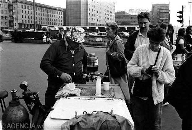 Uliczny saturator, Warszawa (wrzesień 1989) Aparat do nasycania cieczy gazem - czyli saturacji. Kojarzony z wózkiem do tworzenia wody sodowej. W tamtych czasach, uważany po prostu za część krajobrazu.