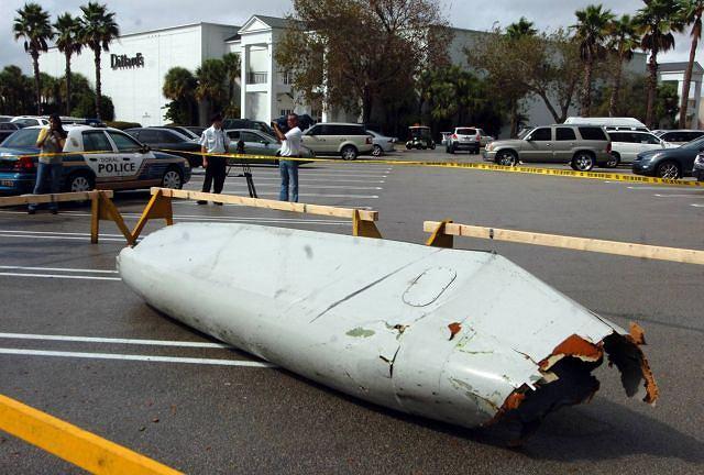 Fragment samolotu, który spadł na parking Fot. AP/TIM CHAPMAN