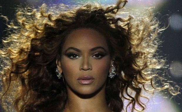 Beyonce wyruszyła właśnie w tournee po Brazylii. Oglądając zdjęcia z jej pierwszego koncertu tam stwierdziliśmy, że twarz gwiazdy wygląda wyjątkowo sztucznie. Wam też przypomina idealnie wykonaną figurę woskową?