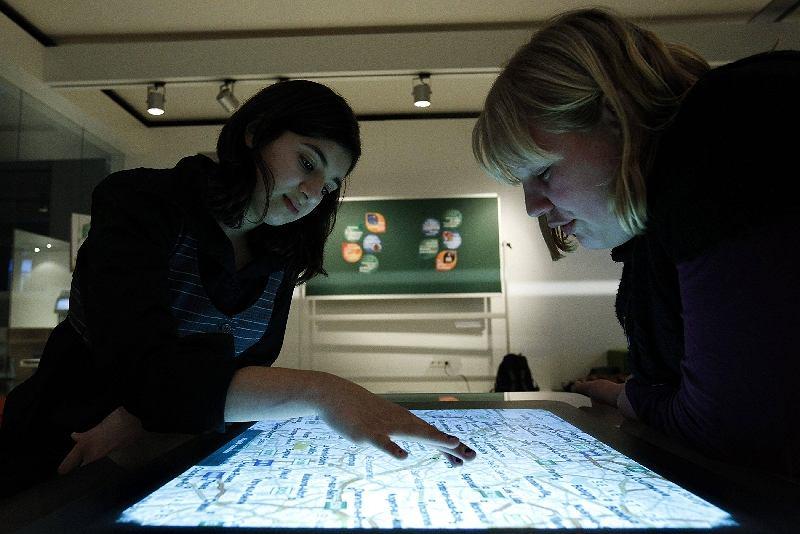Stoisko firmy Microsoft - nie mogło zabraknąć wielkiego ekranu dotykowego.