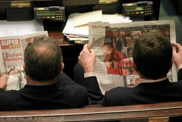 Posłowie czytają gazety podczas posiedzenia Sejmu Fot. Sławomir Kaminski / Agencja Gazeta