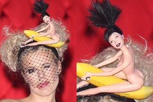 Podczas wczorajszego show Tylko nas dwoje Doda zaskoczyła wszystkich swoim nakryciem głowy - nagą lalką ujeżdżającą banana. Już na początku programu Rabczewska poinformowała, że na głowie ma... Edytę. Edzia jest z nami - powiedziała wskazując palcem na lalkę. Zabawne? Jak oceniacie wczorajszą stylizację Dody?
