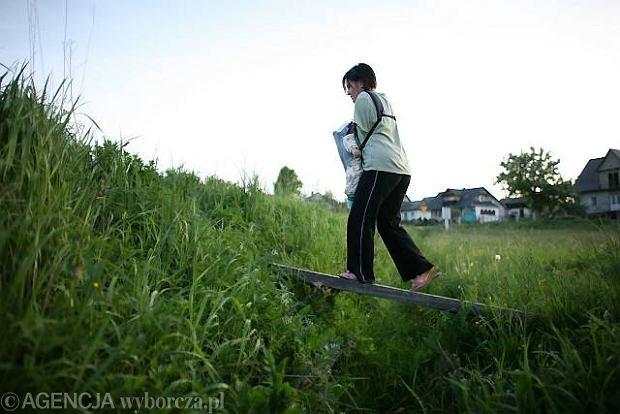 Anna Krupa na spacerze z córką. Piekielnik 2008 r.
