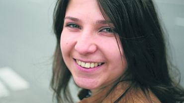 Wiktoria Chakimawa - ma 21 lat. Jest studentką marketingu i zarządzania na UW w programie stypendialnym im. Konstantego Kalinowskiego (dla młodych Białorusinów, którzy nie mogą studiować w kraju ze względu na poglądy), aktywistka Inicjatywy 'Wolna Białoruś', która od 2006 r. organizuje wWarszawie koncerty 'Solidarni z Białorusią'. To stowarzyszenie młodych ludzi, które wspiera przemiany demokratyczne na Białorusi i stara się zainteresować tematyką białoruską Polaków. Informują o represjach, akcjach wsparcia dla opozycji, prowadzą szkolenia dziennikarskie, zapraszają do Polski białoruską młodzież
