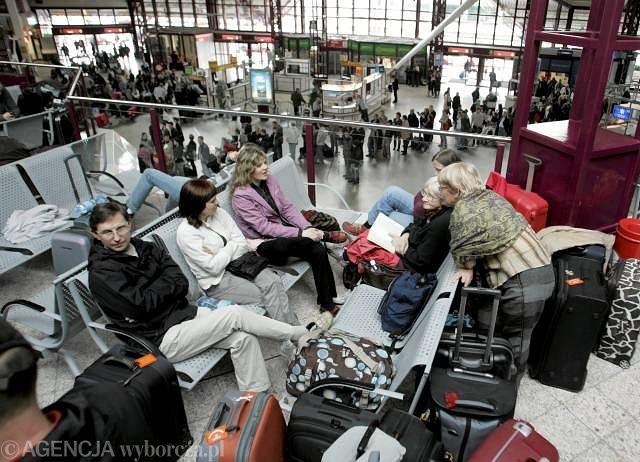 Kolejka do stanowisk przewoźników na lotnisku Okęcie