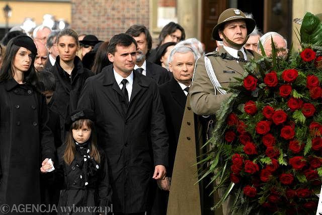 18 kwietnia 2010, Kraków. Marta Kaczyńska (od lewej) z córką, mężem i Jarosławem Kaczyńskim w czasie pogrzebu Lecha i Marii Kaczyńskich na Rynku Głównym