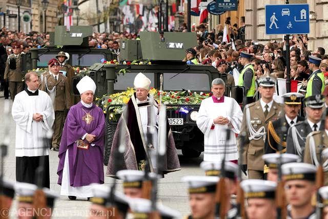 Kardynał Stanisław Dziwisz (z pastorałem) w kondukcie żałobnym w czasie pogrzebu pary prezydenckiej