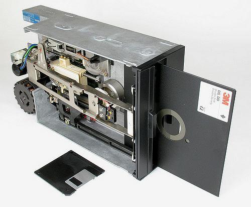 Pierwszą dyskietką FDD (Flexible Disc Drive) w historii komputerów była dyskietka 8-calowa. Funkcjonowała w latach 1971 do 1977. Pierwsza generacja - IBM 23FD służyła wyłącznie do odczytu i miała pojemność rzędu 80kB. Ostatnia posiadała nawet 1,2MB. Pomysł polegał na osadzeniu elastycznego magnetycznego nośnika w równie giętkiej, plastikowej kopercie.