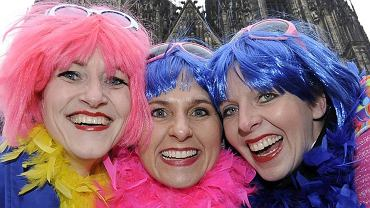 Kobiety śmiejące się podczas obchodów karnawału