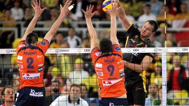 Bartosz Kurek uderza obok bloku siatkarzy Volley Bled
