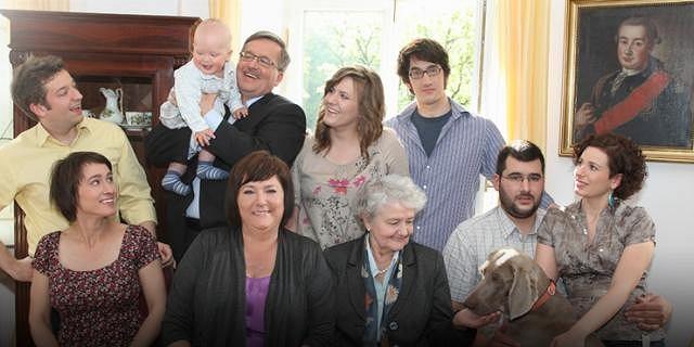 Rodzina Bronisława Komorowskiego. Marszałek trzyma na rękach swojego wnuka Stasia