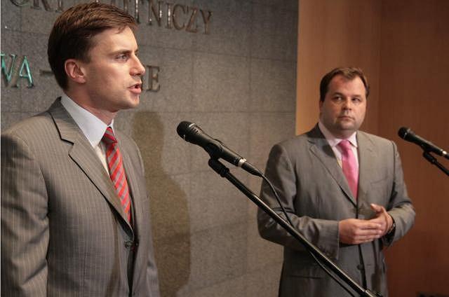 Marcin Idzik, Podsekretarza Stanu w MON i Sebastian Mikosz, Prezesa Zarządu PLL LOT na konferencji prasowej