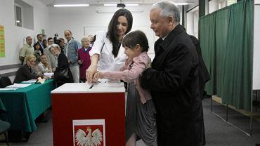 Komisja numer 333 w Warszawie. Jarosław Kaczyński głosuje z córką Lecha Kaczyńskiego Martą i wnuczką tragicznie zmarłego prezydenta