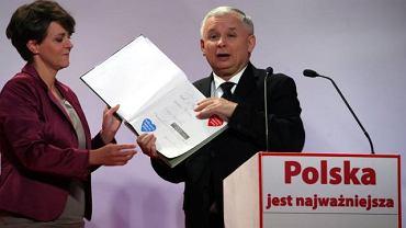 Jarosław Kaczyński (w towarzystwie Joanny Kluzik-Rostkowskiej) przekazał album przyrodniczy na licytację organizowaną przez Wielką Orkiestrę Świątecznej Pomocy