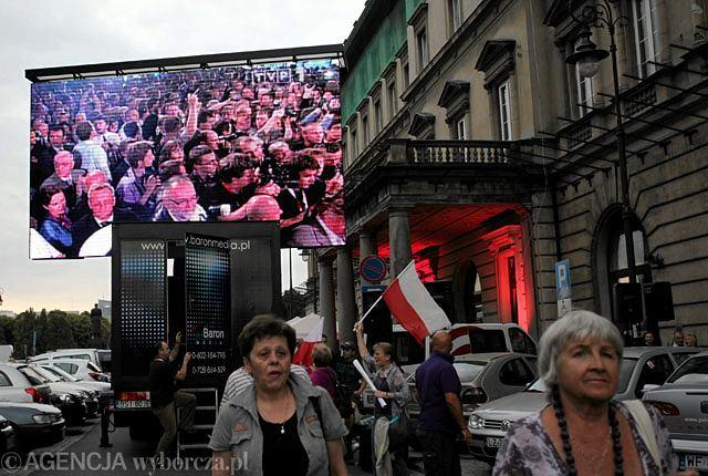 Ekran przed sztabem Jarosława Kaczyńskiego, na którym transmitowano wieczór wyborczy TVP1