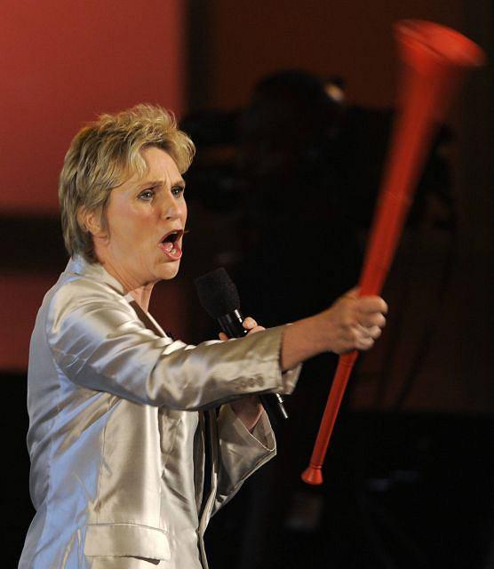 Prowadząca uroczystość Jane Lynch trzyma wuwuzelę.