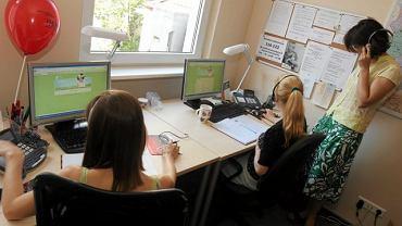 Siedziba telefonu zaufania dla dzieci na Saskiej Kępie: po prawej opiekunka dyżuru, która słucha wszystkich rozmów