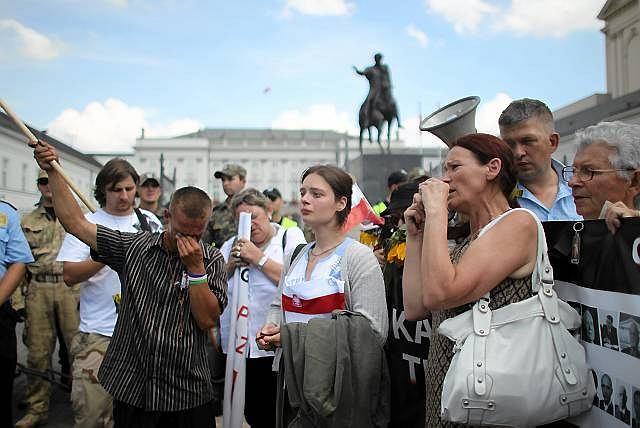 Najbardziej zagorzali obrońcy krzyża przed Pałacem Prezydenckim nie dopuścili do niego nawet księży
