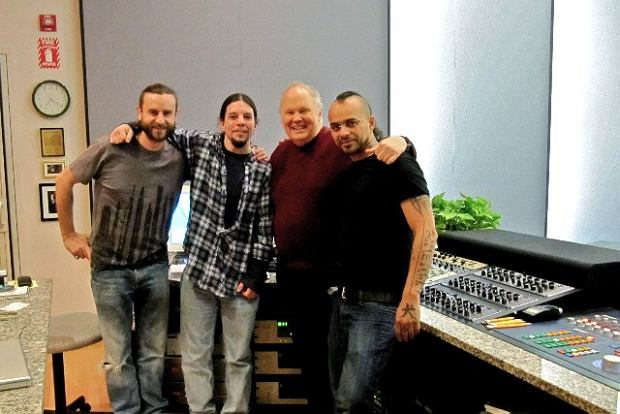 Bob Ludwig i jego asystent z Gateway Mastering Studios z Glacą i Justinem Chancellorem