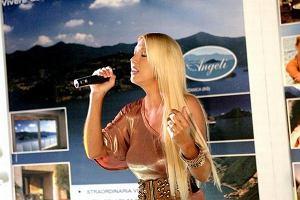Isis Gee po krótkiej karierze w Polsce przeniosła się do Włoch. Piosenkarka wystąpiła między innymi w reklamie luksusowych apartamentów.