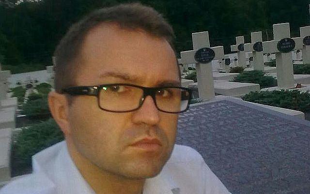 Zbigniew Girzyński na tle grobów - wpadka posła