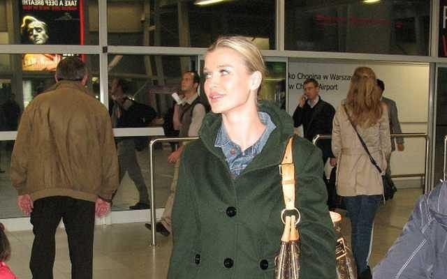 Joanna Krupa przyleciała do Polski z Los Angeles, gdzie na gali PETA odebrała nagrodę za udział w kampanii przeciw zabijaniu zwierząt.