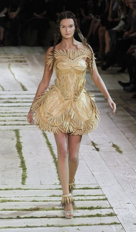 Alexander McQueen kolekcja zaprojektowana przez Sarah Burton (wiosna/lato 2011)