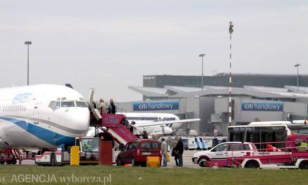 """Masz dość czekania na lotnisku? Okęcie wprowadza nowe rozwiązanie """"Fast Track"""". Cena to 30 zł"""